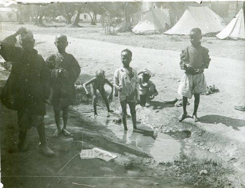 Enfants de tirailleurs africains jouant dans le campement - Maroc 1915