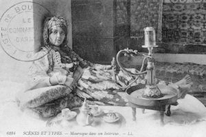 Mauresque dans son intérieur - Carte postale Maroc 1914-1918