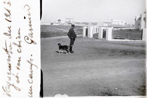 Vaguemestre du 121e et son chien, au camp Garnier (1)