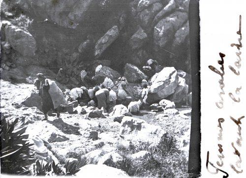 Femmes arabes lavant la laine (1)