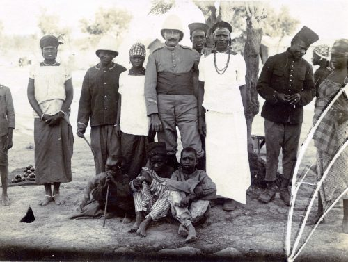 Joseph Miquel (au centre) et un groupe de Sénégalais - Maroc, Meknès 1915