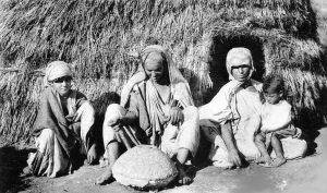 Famille marocaine, 1914, utilisation d'un moulin, carte postale