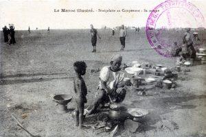 """carte postale """"Sénégalaise au campement préparant sa cuisine"""" Maroc 1915"""